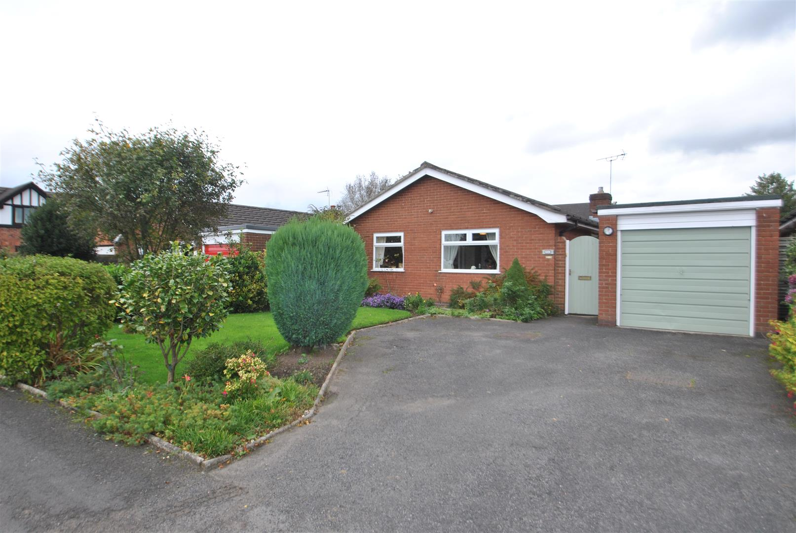 3 Bedrooms Detached Bungalow for sale in Thorntree Green, APPLETON THORN, Warrington, WA4